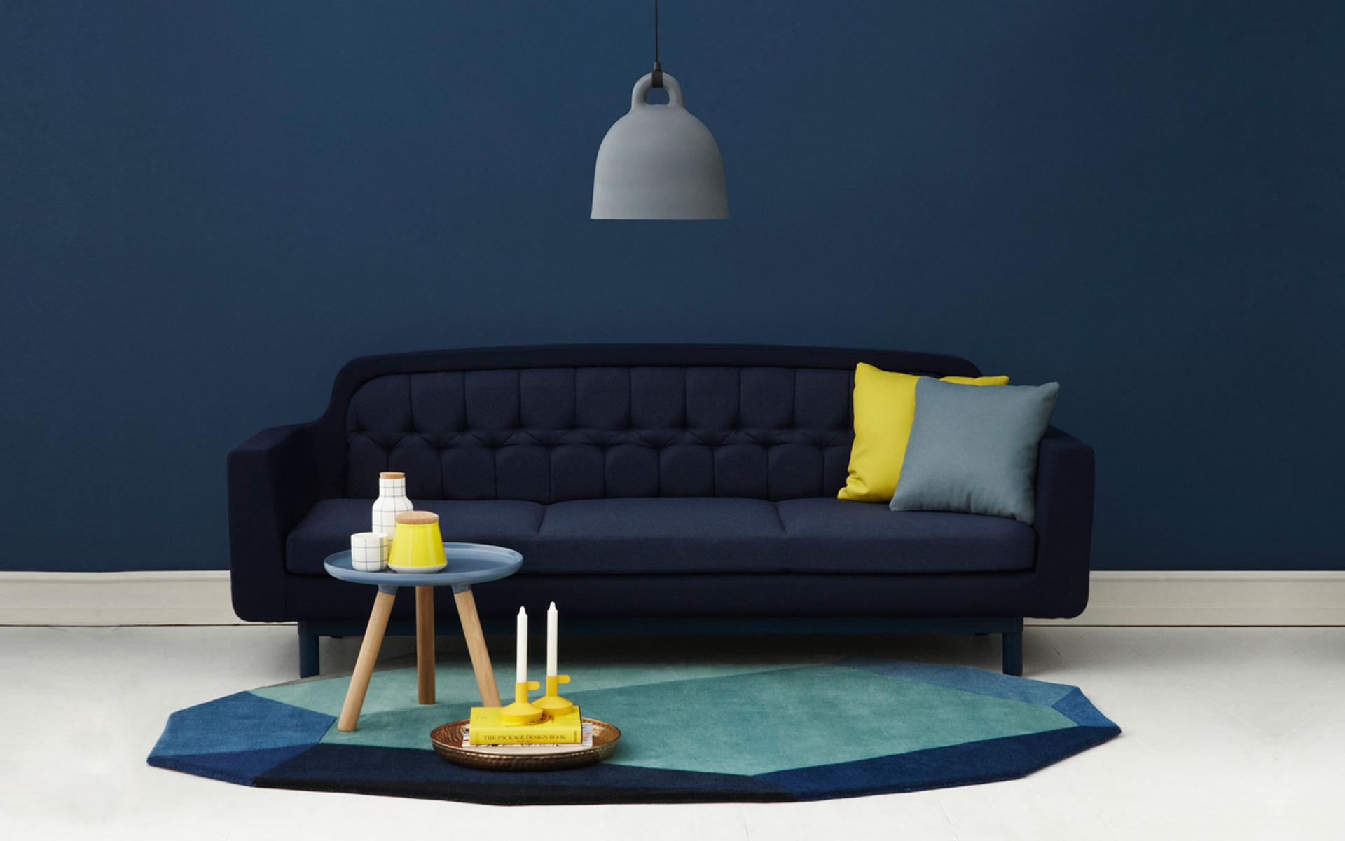 Sofá Azul Royal e Almofadas Amarelas