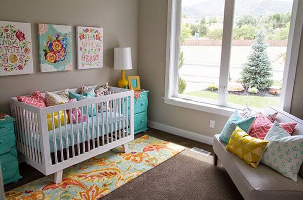 quarto de bebê De solteiro colorido