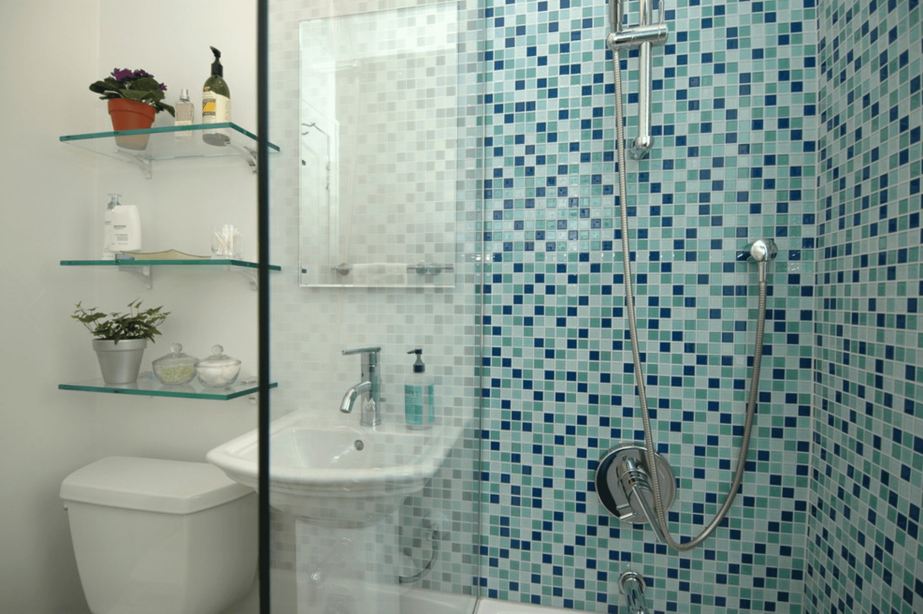 25 Modelos De Banheiros Pequenos Com Pastilhas A Tend&234ncia Da #24495F 1802x1200 Banheiro Branco Com Faixa De Pastilha