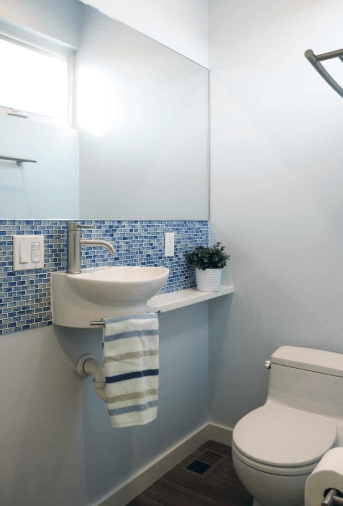 Banheiros pequenos decorados com pastilhas de vidro