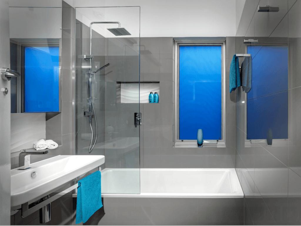 Veja a seguir uma seleção com 50 fotos de banheiros pequenos e se  #004EB1 1024x770 Banheiro Com Azul