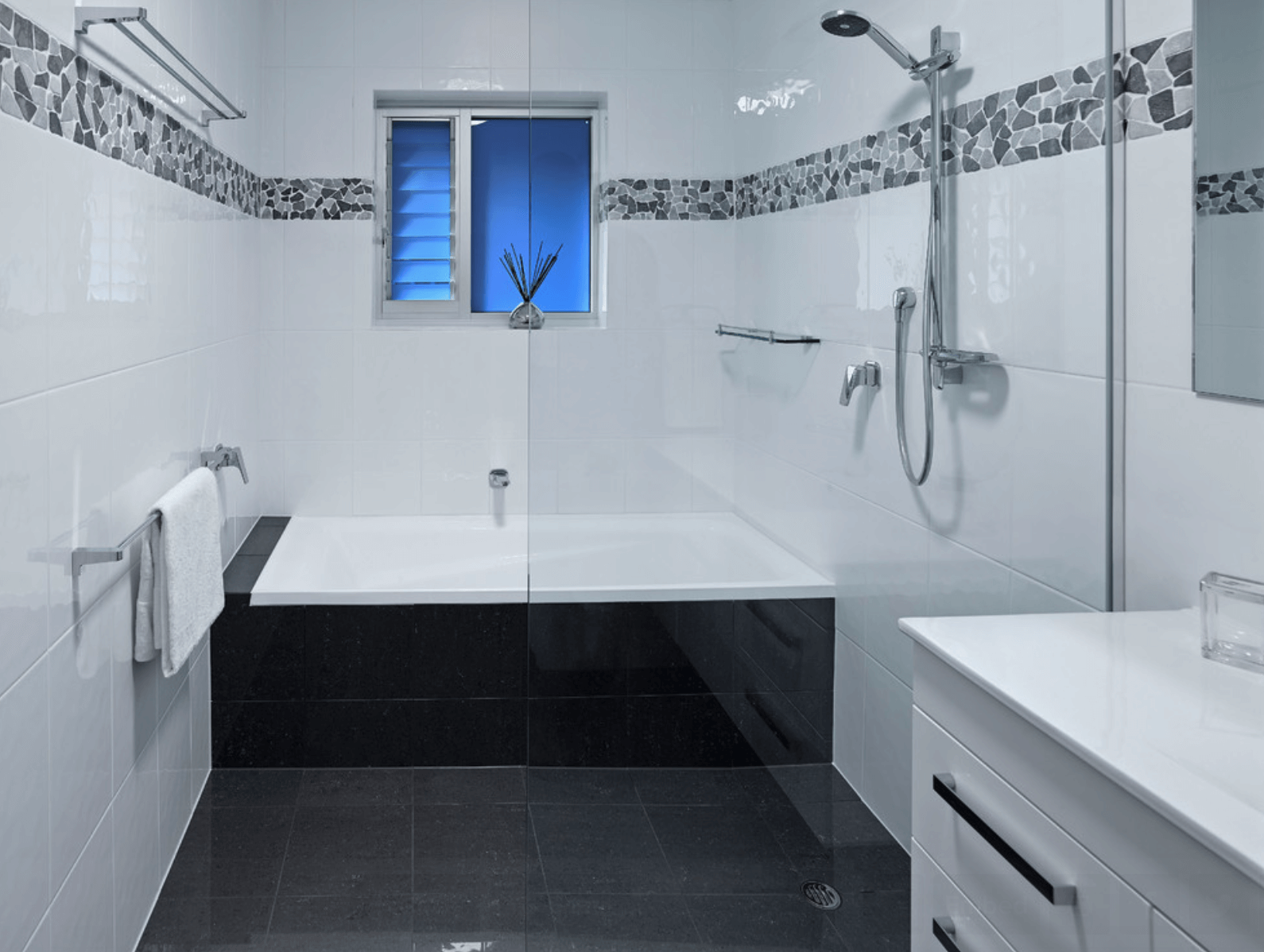 Banheiros Pequenos Fotos e Dicas Imperdíveis Arquidicas #0068CC 1590x1198 Banheiro Branco Preto E Cinza