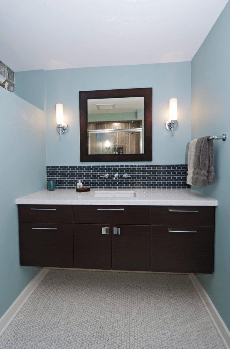 Banheiro azul com pastilha