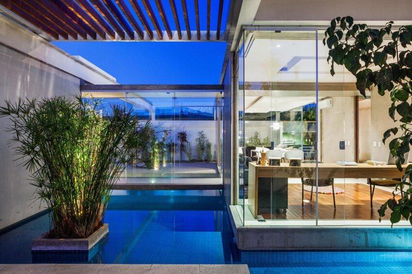 """O espelho d""""água e a piscina ajudam a manter um microclima mais úmido."""