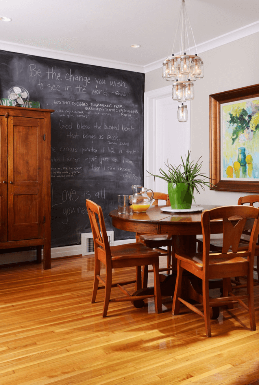 Sala de jantar pequena com lustre