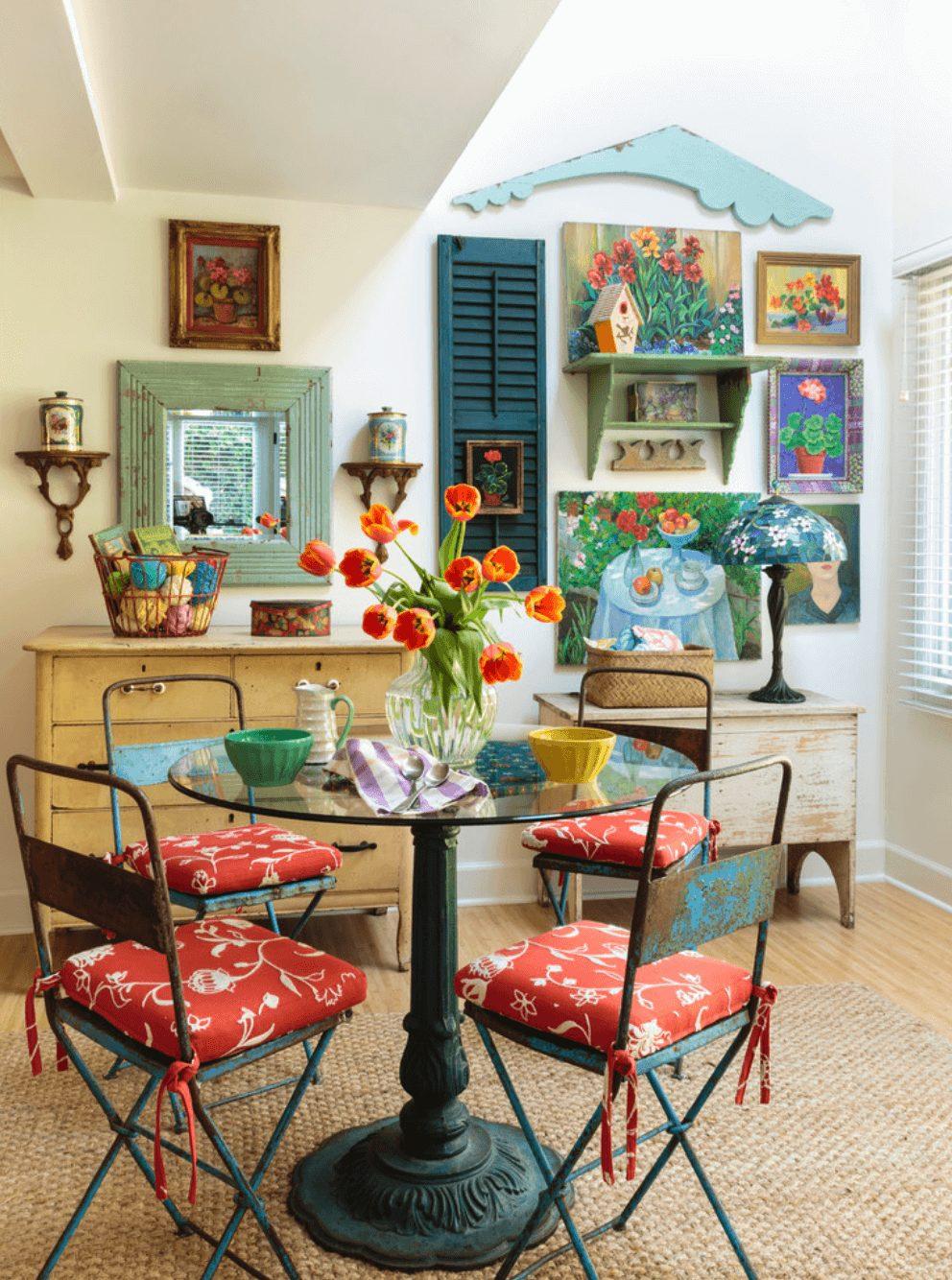 Sala de jantar pequena com mesa redonda