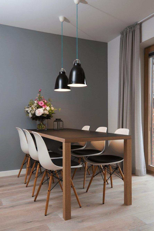 Sala pequena de aparamento com mesa de jantar