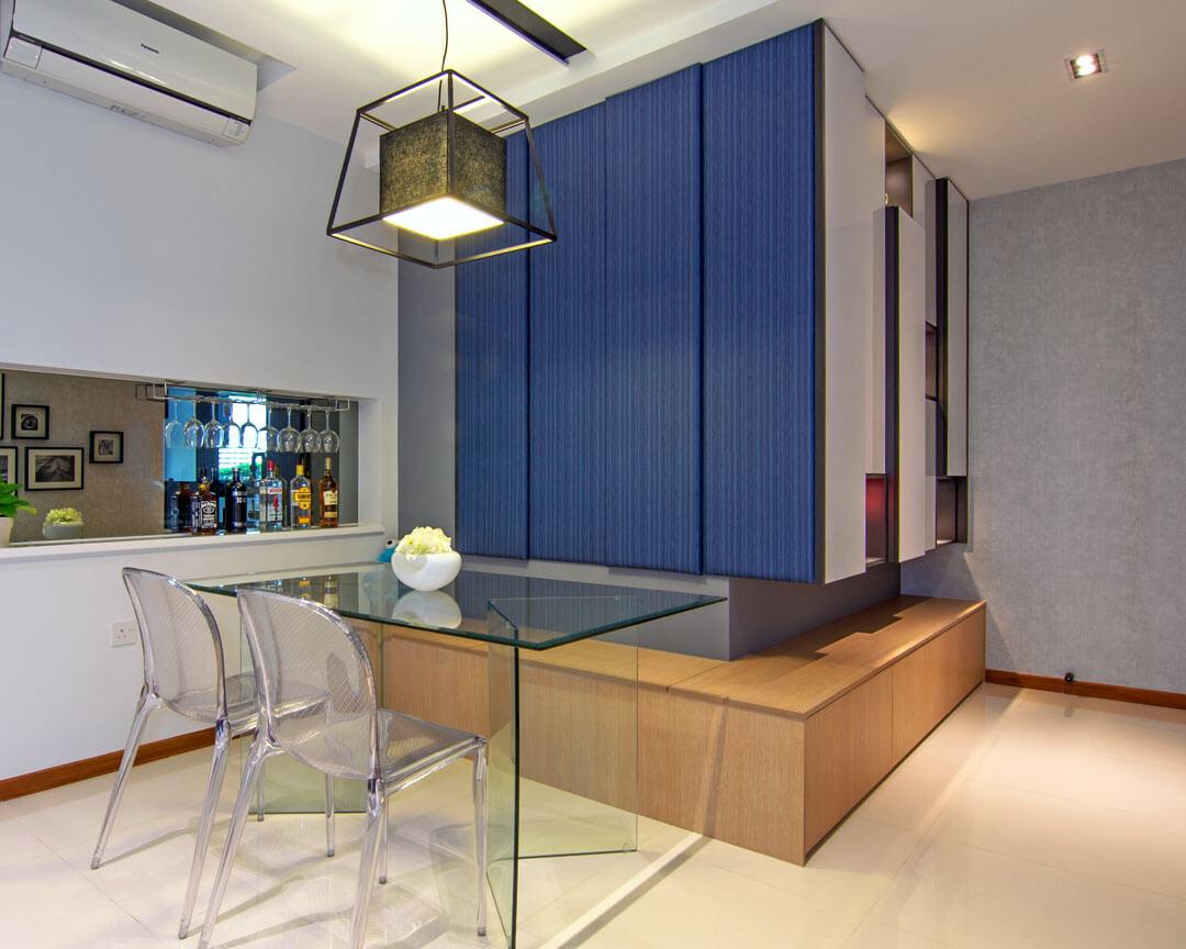 Sala de jantar com mesa de vidro