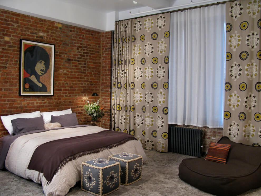 quarto de casal decorado com tijolos
