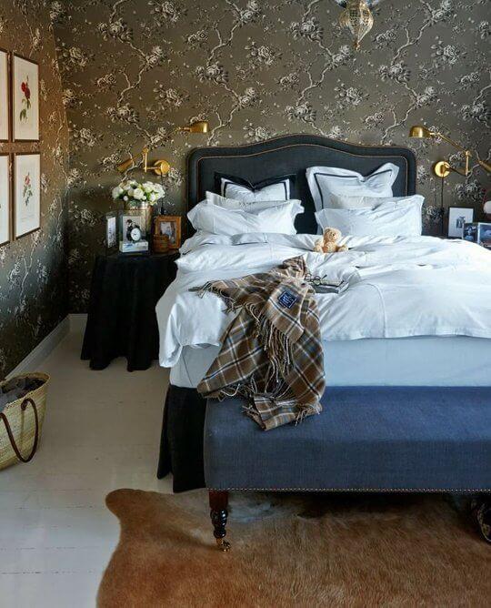 quarto de casal decorado com papel de parede