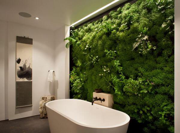 banheiro decorado com jardim vertical