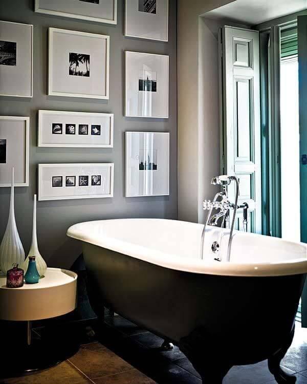 banheiro decorado com quadro