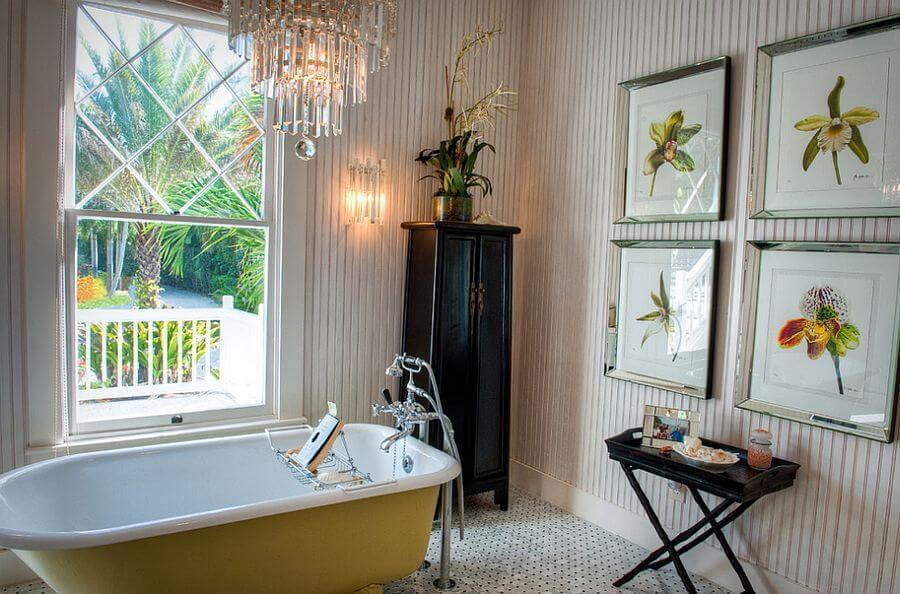 banheiro decorado com quadros