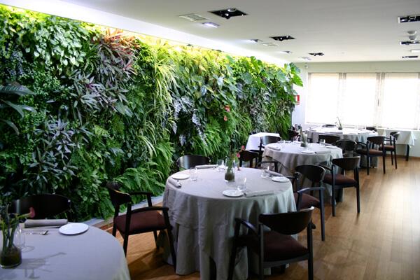 restaurante com jardim vertical
