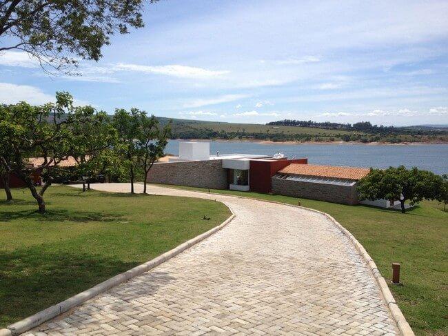 casa de campo com lago
