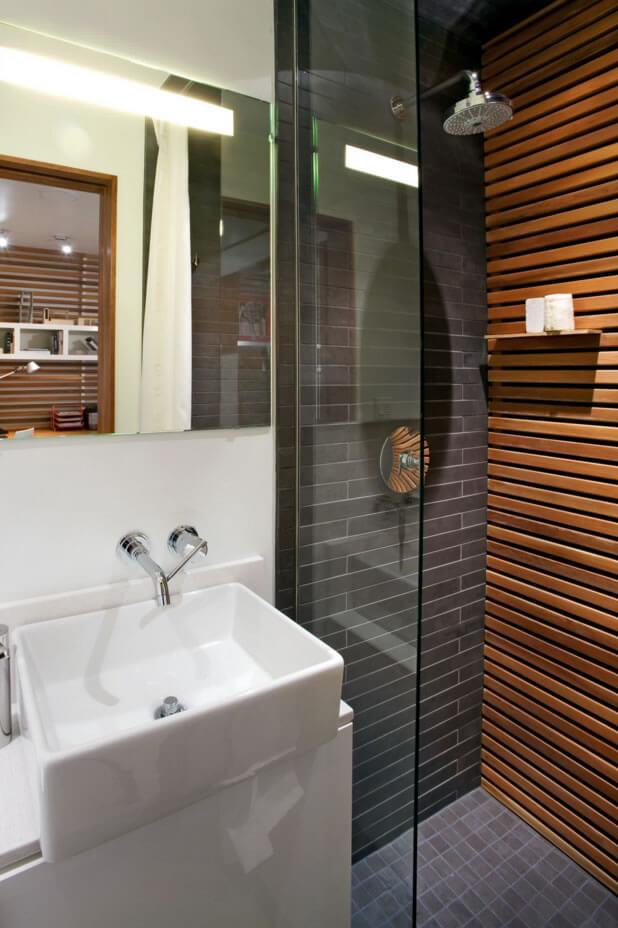 banheiro pequeno decorado com madeira