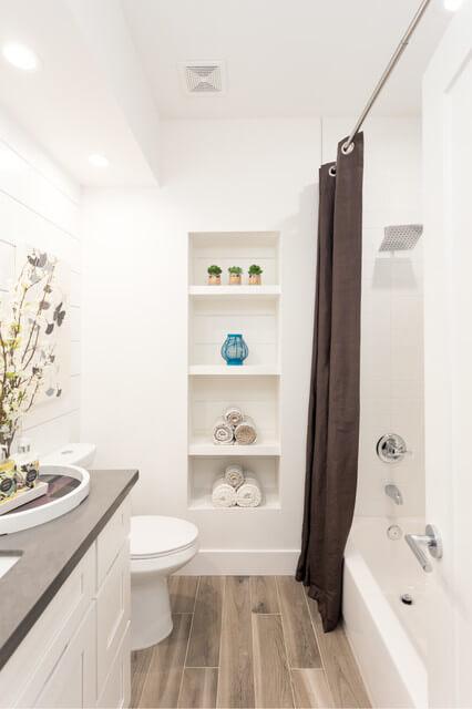 decoração de banheiro com prateleira