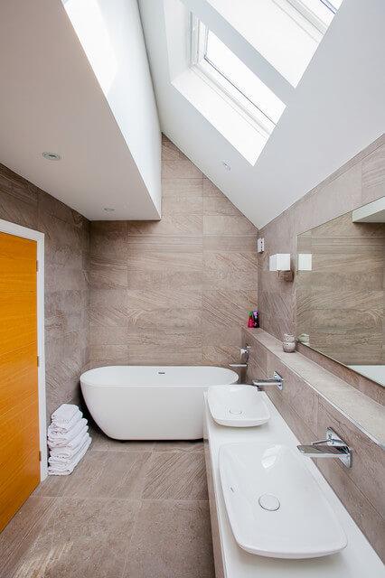 decoração de banheiro pequeno estreito
