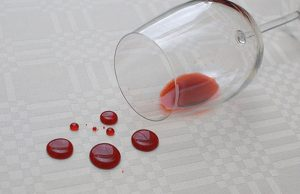sofa impermeabilizado e taça de vinho