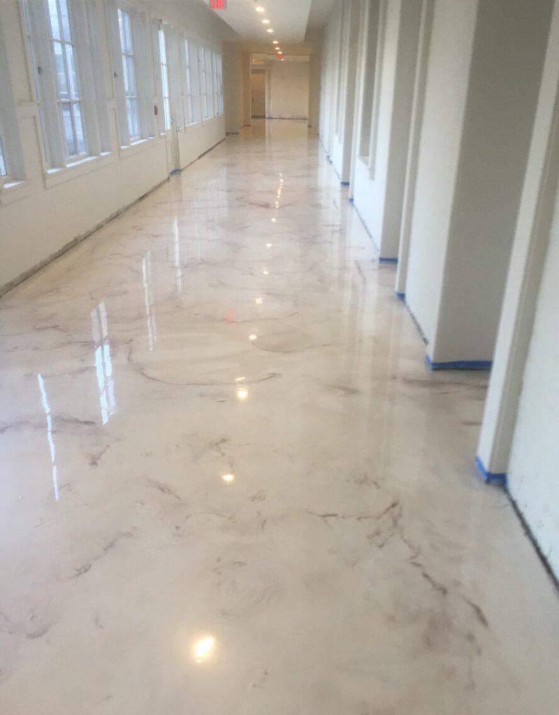 piso de resina imitando mármore