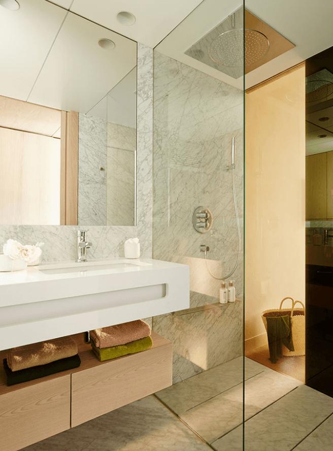 chuveiro moderno em banheiro