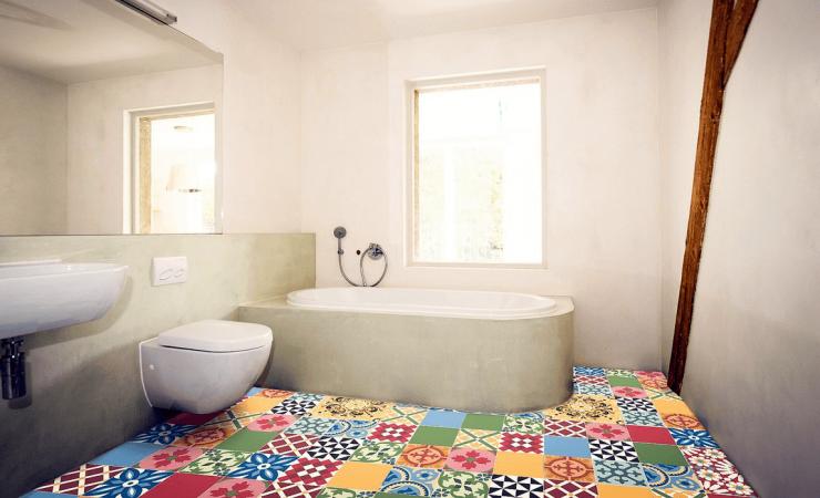 banheiro moderno com piso hidráulico