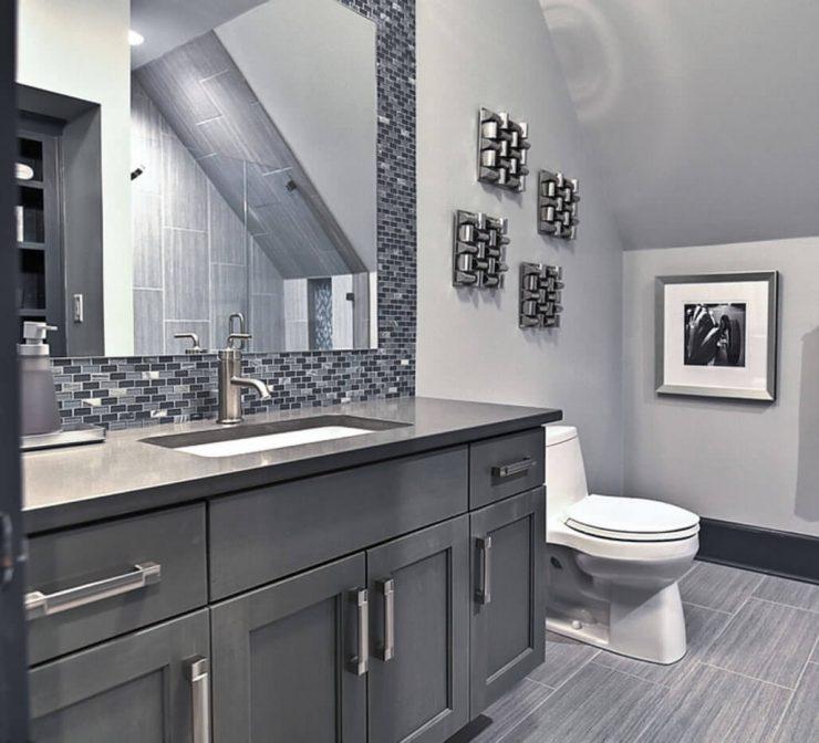 banheiro com pastilhas no espelho