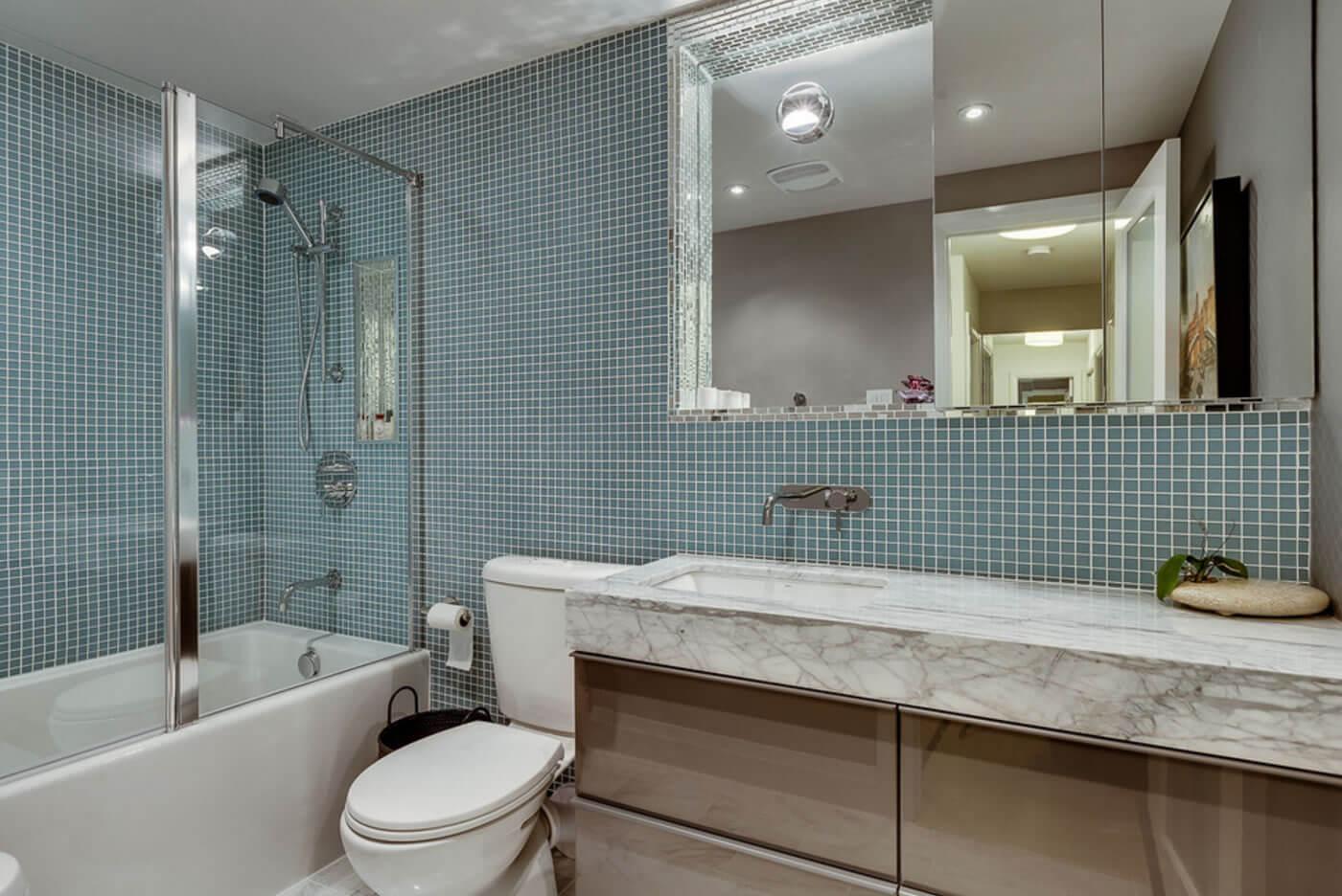 ideias interessantes de banheiros revestidos com pastilhas de vidro #3B3024 1400 936