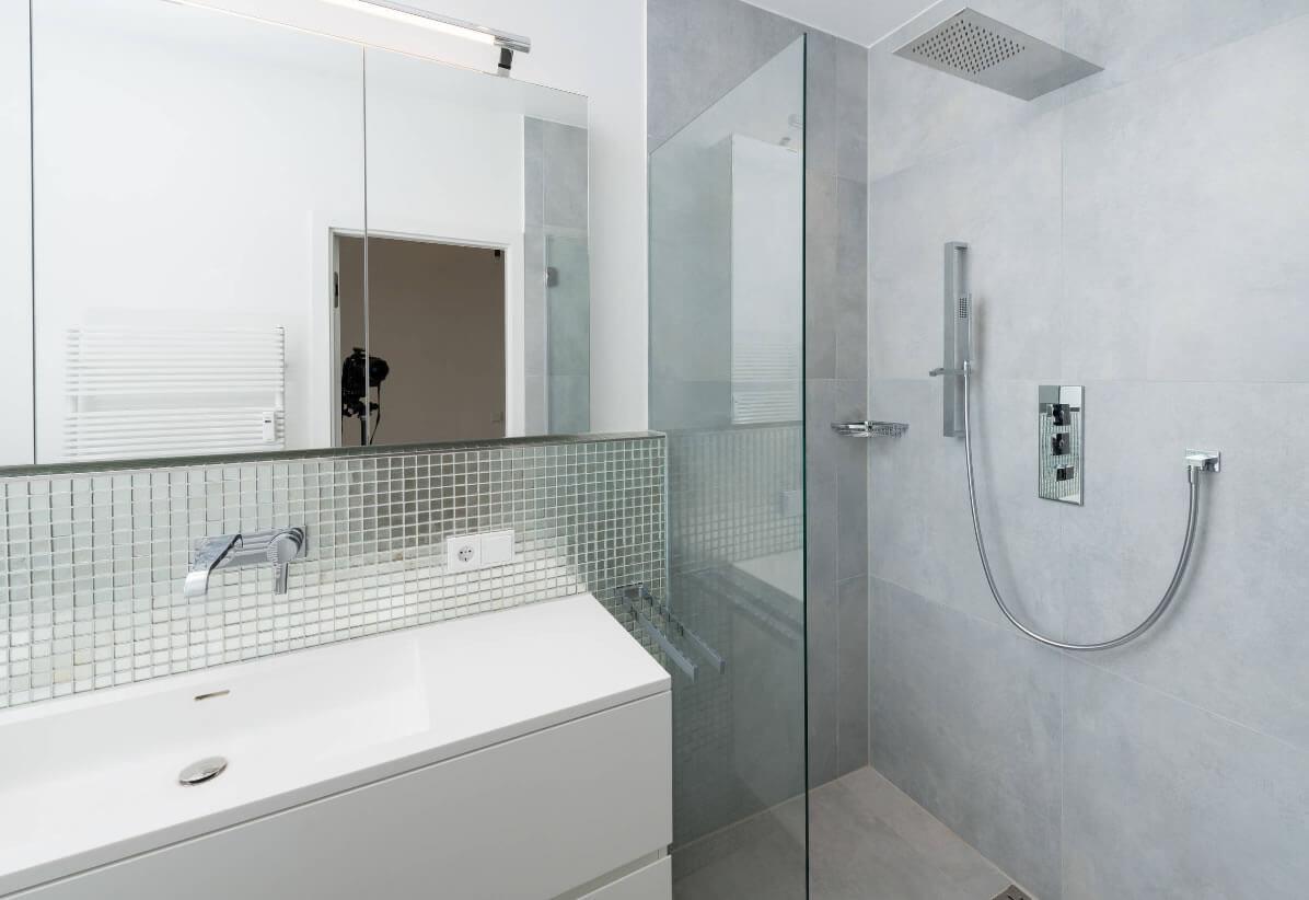 ideias interessantes de banheiros revestidos com pastilhas de vidro #5B5247 1196 822