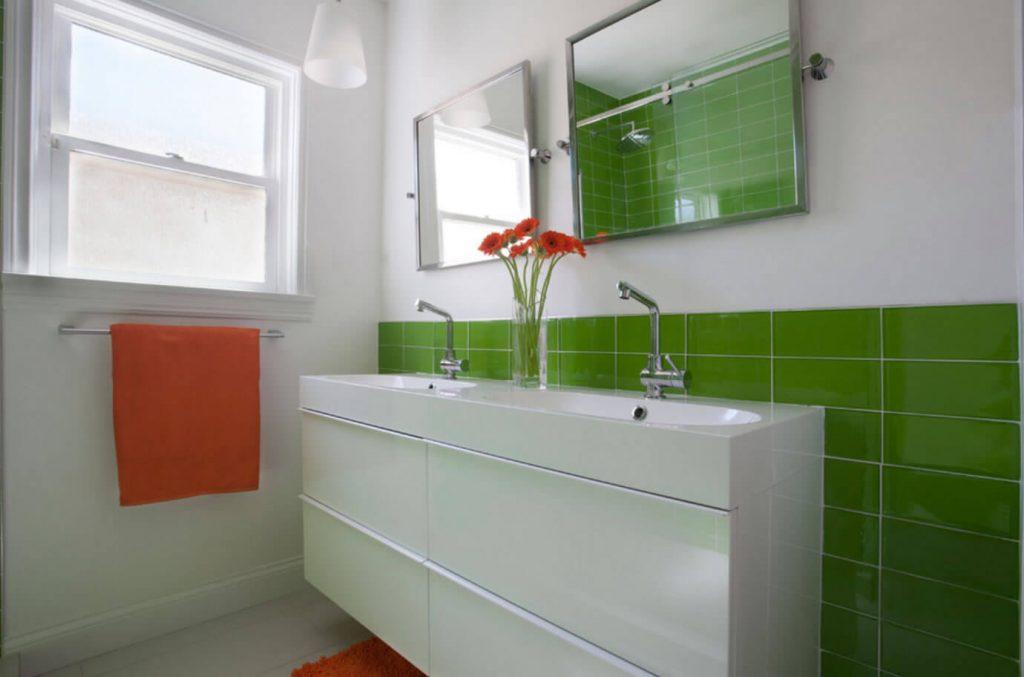 banheiro com azulejo de vidro