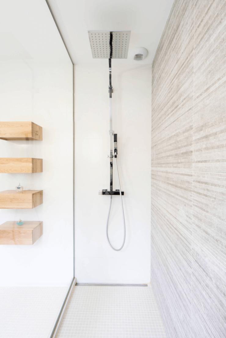 banheiro com chuveiro estreito