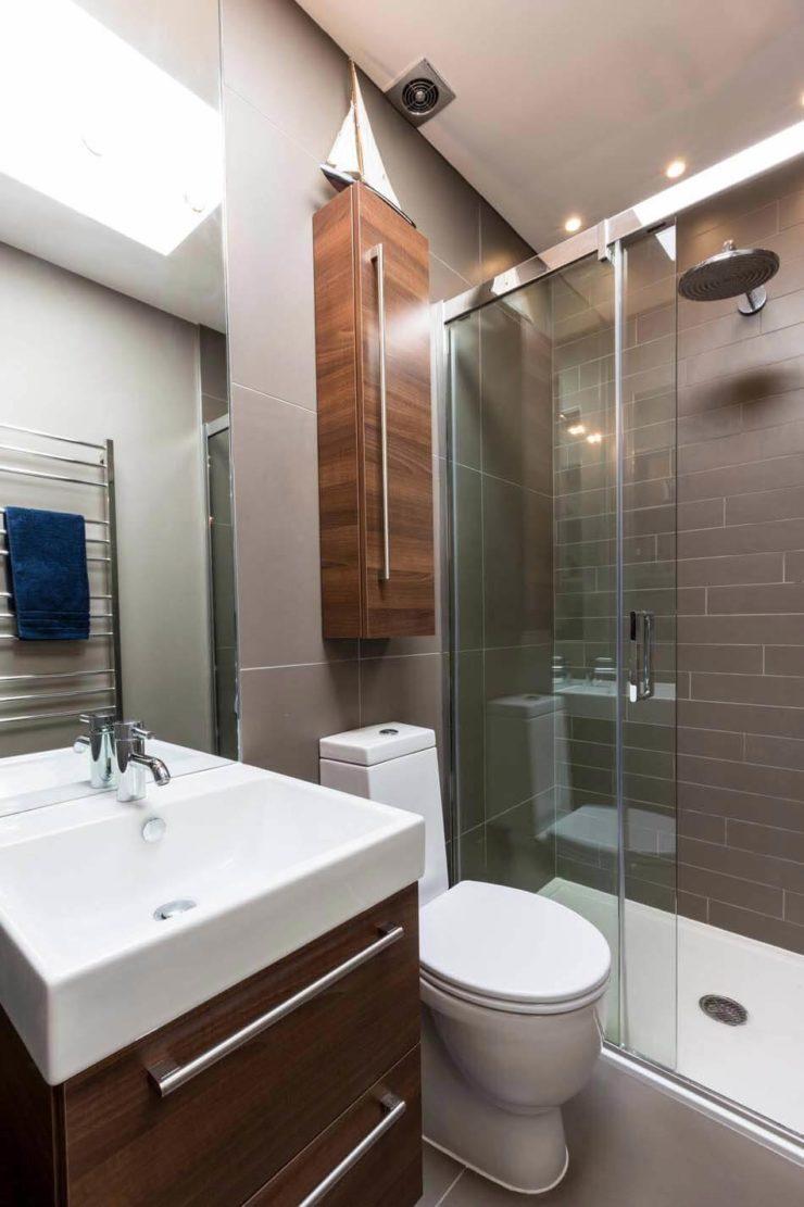 banheiros pequenos com cores escuras