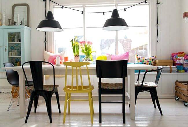 cozinha com cadeiras diferentes